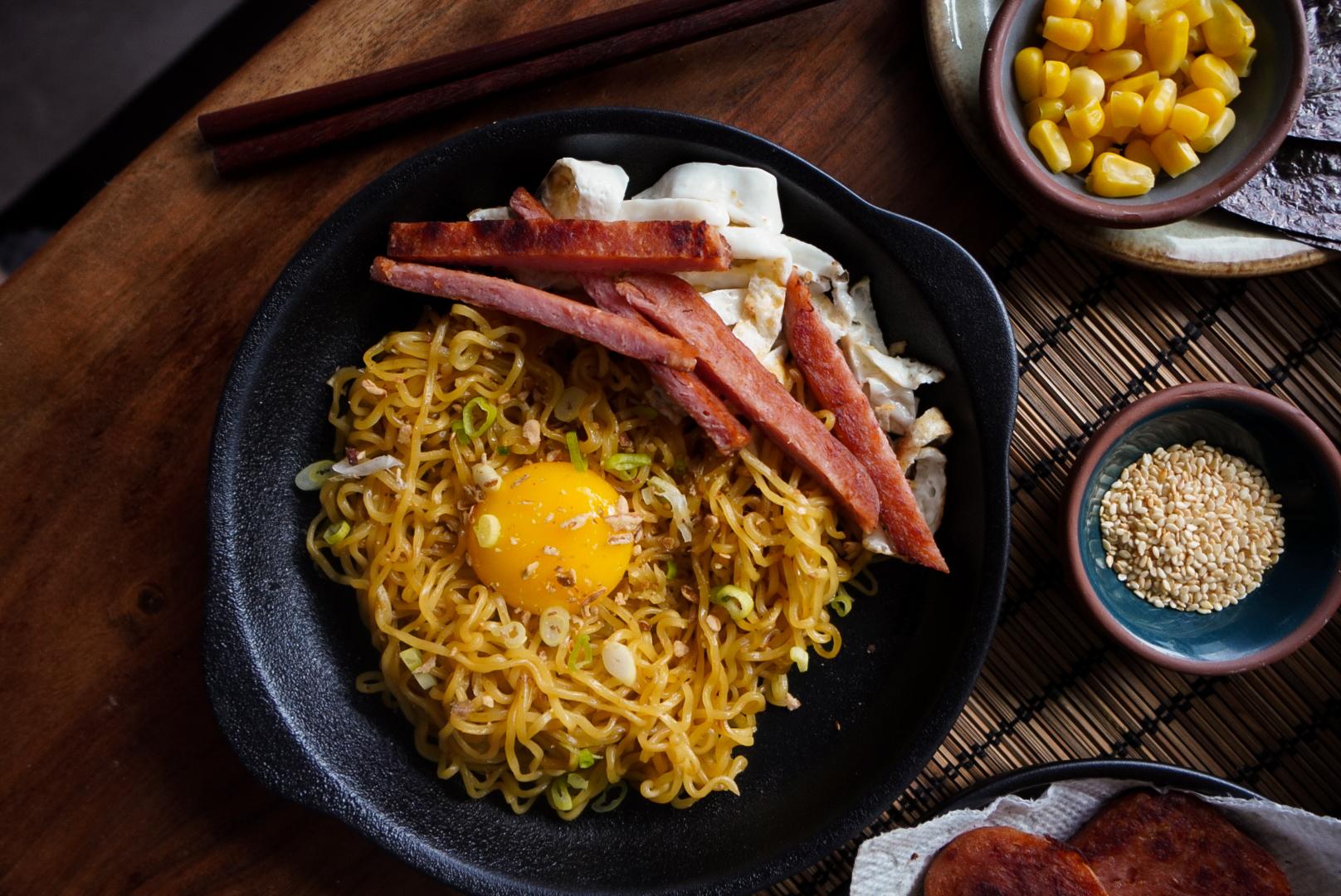 instant noodles ramen migoreng spam egg dosirac green onion